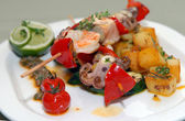 Shish kebabs from seafood and vegetables — Stock Photo