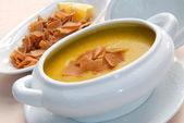 Lentil soup with crackers — Stock Photo