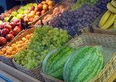Frutta e verdura su un negozio — Foto Stock
