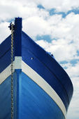 White and blue wooden boat — Foto de Stock