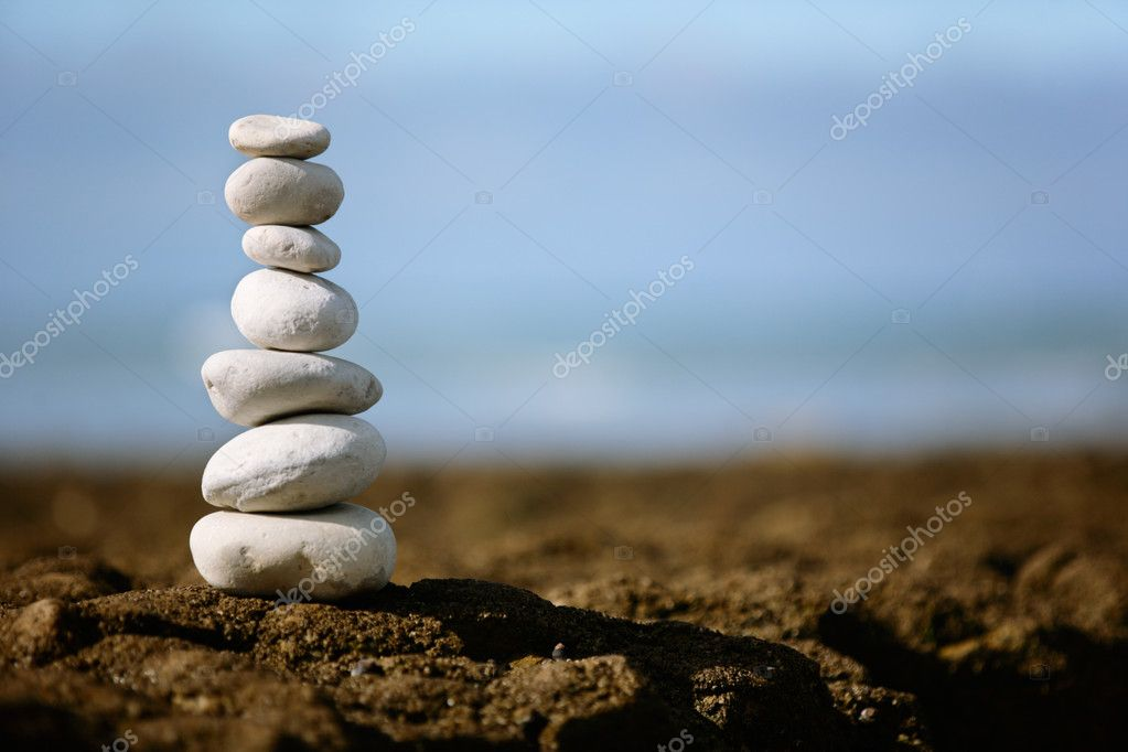 A pile of seven stacked rocks on the beach — Stock Photo #2399213