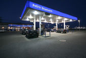 Night-time Petro Station — 图库照片