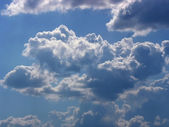 Blue sky and white cumulus fluffy clouds — Stock Photo