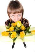 Meisje met boeket gele tulpen — Stockfoto