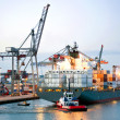 Manouvering container ship - Foto Stock