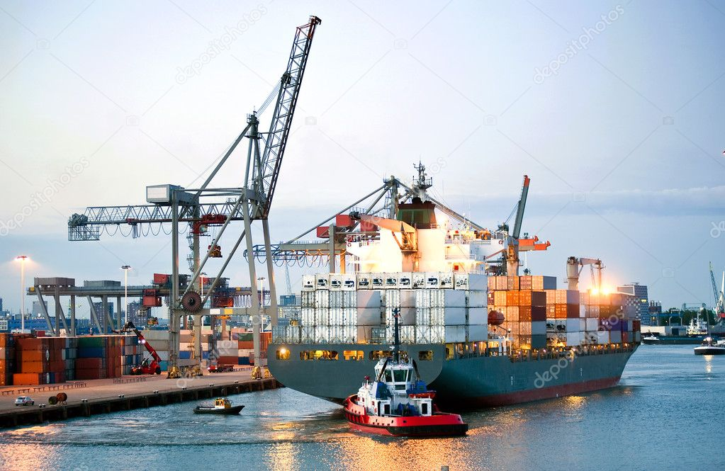 Ah huge container ship being manouvered and reversed towards shore by pilots and tugboats — Stock Photo #2079305