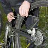 Fixing a mountain bike chain — Stock Photo