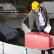 Luggage belt worker — Stockfoto