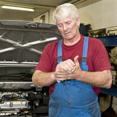 Car mechanic cleaning his hands — Stock Photo