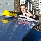 Taxista sonriente — Foto de Stock
