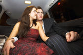 Mladí milenci na zadním sedadle — Stock fotografie