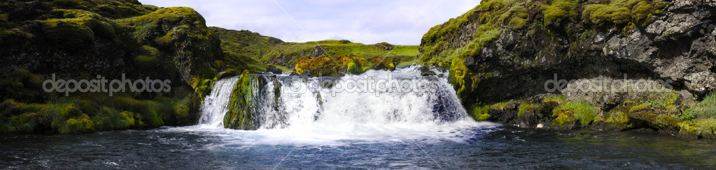 A small, hidden and obscured waterfall in the Icelandic National Park Landmannalaugar — Stock Photo #2117924
