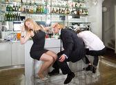 Abbassando un flirt maschio — Foto Stock