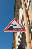 Traffic sign Going to the embankment — Stockfoto