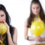 flickor med gul ballong och frukt — Stockfoto
