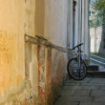 Alleyway with mountain-bike — Stock Photo