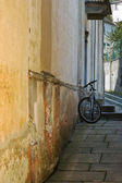 Alleyway with mountain-bike — Stock Photo