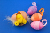 Egg with easter chicks and colorful eggs — Stock Photo