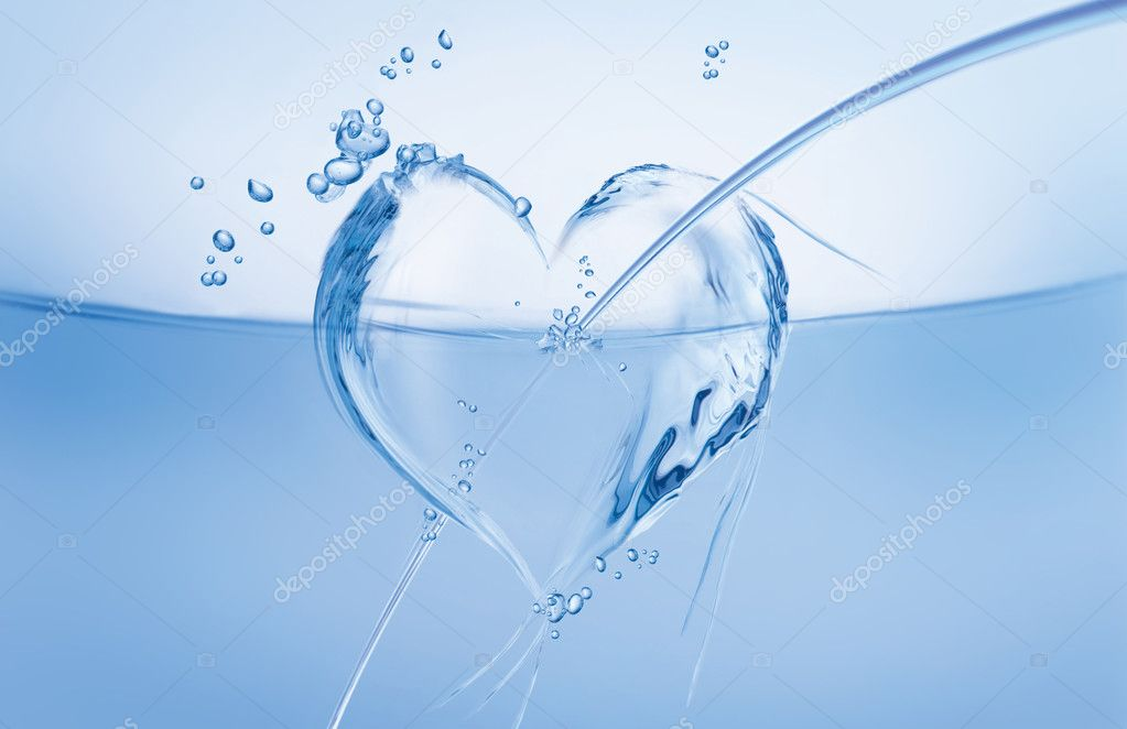 An arrow-pierced heart made of water floating in a blue wave. — Foto de Stock   #2077100