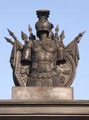 Bepansrade monument i himlen空の装甲の記念碑 — Stockfoto