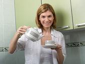 Девочка поливает кофе — Стоковое фото