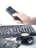Téléphone portable au bureau — Photo