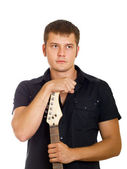 серьезные красивый парень с гитарой в темной рубашке с гитарой в руках — Стоковое фото
