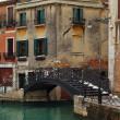 ponticello sopra il canale di Venezia, Italia — Foto Stock