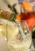 Gieten chardonnay — Stockfoto