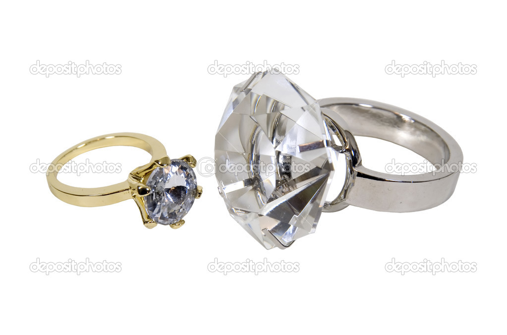 Gold and silver diamond engagement rings with facets that sparkle brightly in the light symbolizing eternity of love - path included — Stok fotoğraf #2130088