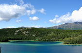 Emerald Lake, Sky & Mountains, Yukon — Stock Photo