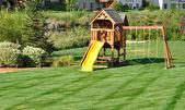 заднем дворе деревянные качели — Стоковое фото