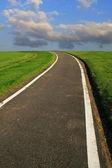 Une seule route contre le ciel bleu — Photo