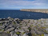 Rotsachtige kust van het eiland inishmore — Stockfoto