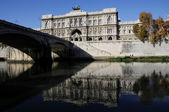 Palace building and Tiber of Rome city — Stock Photo
