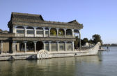 Boat style building in Chinese park — Stockfoto