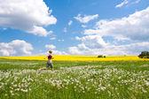 Femme sur prairie — Photo