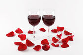 Wine glasses and rose petals — Stock fotografie