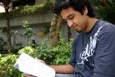 νεαρός άνδρας ανάγνωση 5 — Φωτογραφία Αρχείου
