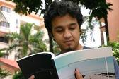 Genç adam 2 okuma — Stok fotoğraf