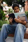 Genç adam 3 okuma — Stok fotoğraf