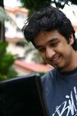 νεαρός άνδρας, χρησιμοποιώντας ένα φορητό υπολογιστή 2 — Φωτογραφία Αρχείου