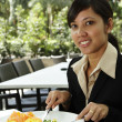 Businesswoman having breakfast — Stockfoto
