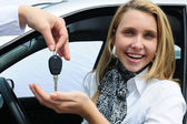 Happy woman receiving car key — 图库照片