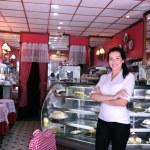 confiado y orgulloso propietario de un café — Foto de Stock