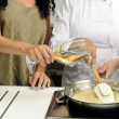 Cookery course: pouring wine into a pan — Stockfoto