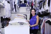 快乐所有者的洗衣及干洗服务 — 图库照片