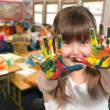 criança de idade escolar, pintura com as mãos — Foto Stock