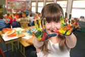 Schulpflichtigen alter kind malen mit ihren händen — Stockfoto