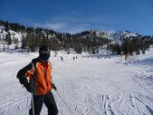 Jovens esquiadores em uma pista de esqui nevado — Foto Stock